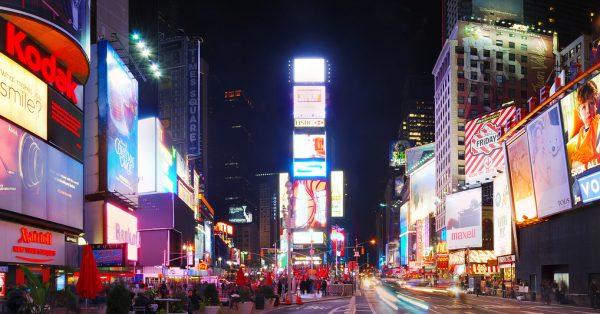 Letreiros luminosos e digitais de parte da Times Square | O que é branding?