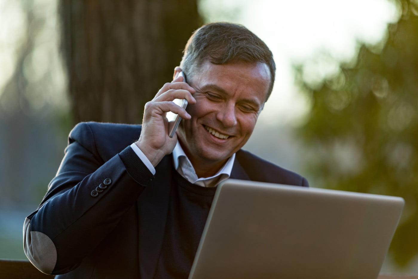Homem de meia-idade ao smartphone e ao notebook | Usuários com mais de 35 anos são maioria nas redes sociais