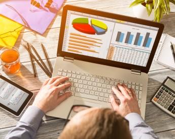 Pessoa ao notebook, analisando graficos | Marketing Digital: Estratégias de gestão e relacionamento
