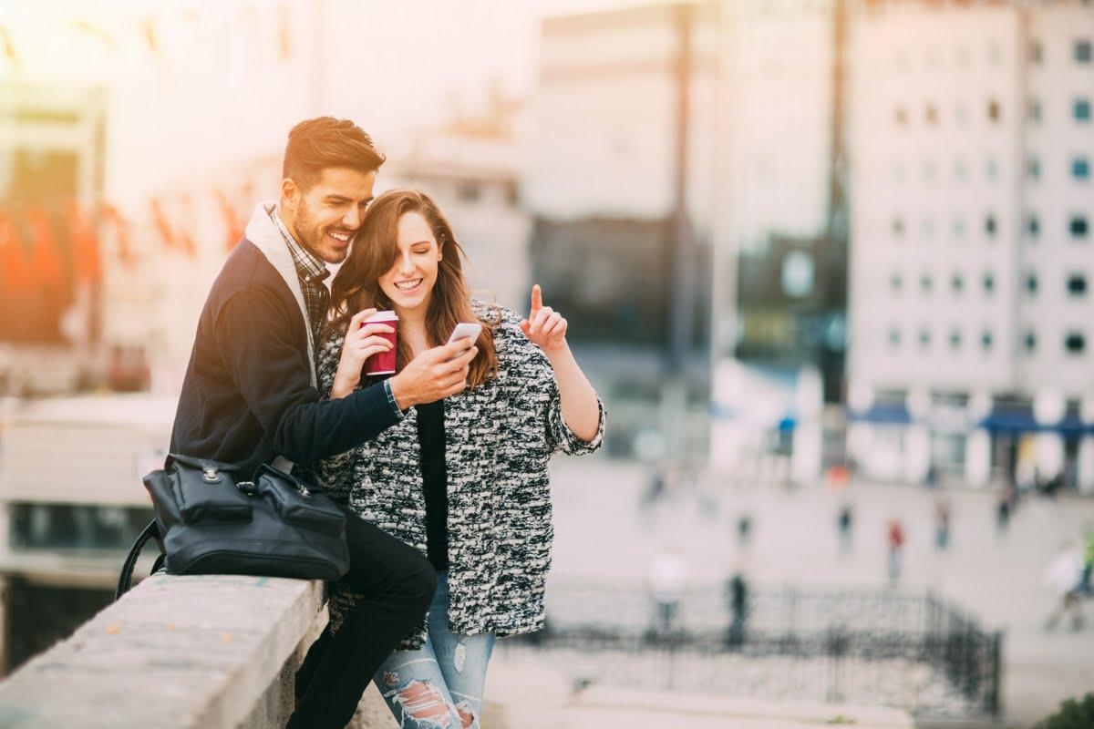 Casal de amigos interagindo pelo smartphone | Regras de etiqueta das redes sociais