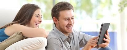 Casal navegando pela internet pelo tablet | Twitter ganhará mais em publicidade móvel que Facebook em 2012