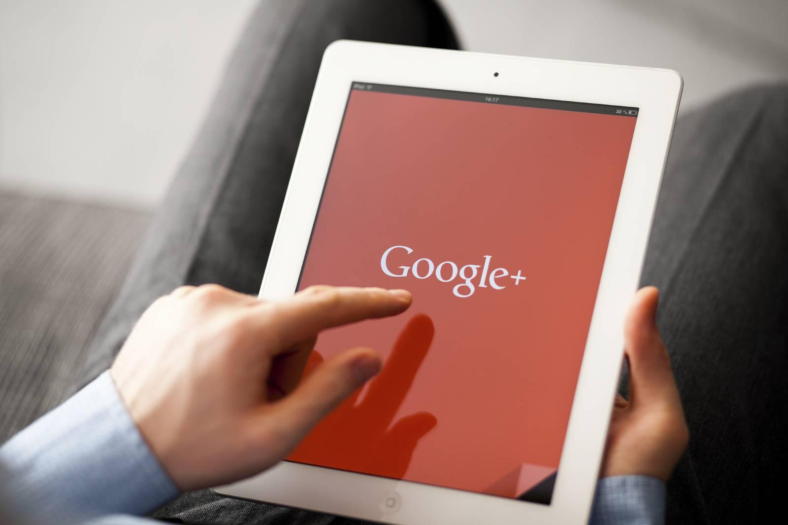 Homem usando o Google+ em um tablet | Google lança nova ferramenta: conheça o Google+ Local