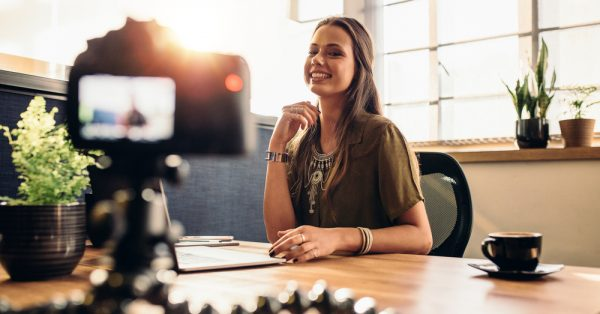 Mulher gravando vídeo em escritório | Vídeos online e marketing digital